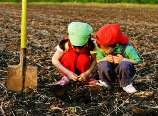 Crianças tentam entender o sentido de vazio no buraco